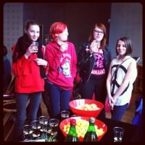 """Jag fick fint besök på släppfesten: fyra av tjejerna från bibblans """"Bokfika""""-grupp!"""