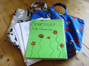 Jag tror jag har fått världens bästa presenter idag! Klass 4A i Hästveda skola gav mig två superfina tygväskor (tillverkade av fröken Ulla) med bokstavs- och fotbollsmotiv! Och det bästa av allt: Jag fick med mig allas berättelser! Här ska läsas!